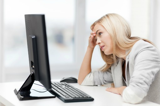 woman-frustrated-at-computer-510px